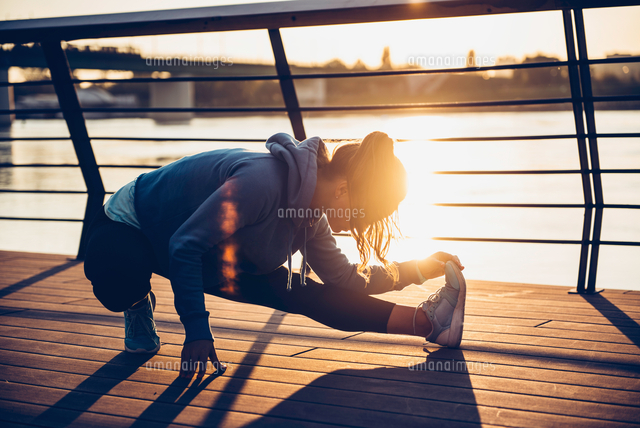 作品番号:11115076622 作品タイトル:confident woman exercising in city