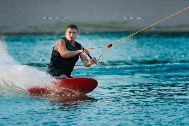 作品番号:11115076632 作品タイトル:mid adult man kiteboarding on sea