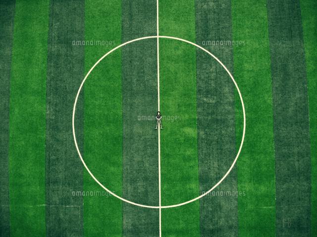 作品番号:11115076775 作品タイトル:high angle view of man lying on soccer field