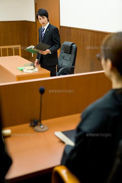 裁判官に意見を言う検事