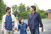 Fathers holding hands with son outdoors 11001060140| 写真素材・ストックフォト・画像・イラスト素材|アマナイメージズ
