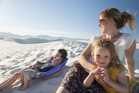 Family relaxing together at White Sands National Monument, New Mexico, USA 11001063951| 写真素材・ストックフォト・画像・イラスト素材|アマナイメージズ