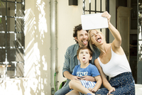 Family with one child posing for selfie taken with digital tablet 11001064116| 写真素材・ストックフォト・画像・イラスト素材|アマナイメージズ