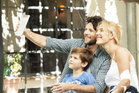 Family with one child posing for selfie taken with digital tablet 11001064119| 写真素材・ストックフォト・画像・イラスト素材|アマナイメージズ