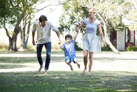 Family with one child taking walk outdoors together 11001064342| 写真素材・ストックフォト・画像・イラスト素材|アマナイメージズ
