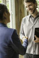 Client shaking hands with sales person 11001064427| 写真素材・ストックフォト・画像・イラスト素材|アマナイメージズ
