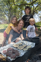 Mother and children grilling together at campsite 11001064462| 写真素材・ストックフォト・画像・イラスト素材|アマナイメージズ