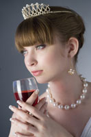 girl wearing jewelries holding a glass 11010038534| 写真素材・ストックフォト・画像・イラスト素材|アマナイメージズ