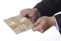Man holding a greeting card with bowknot 11010042506| 写真素材・ストックフォト・画像・イラスト素材|アマナイメージズ