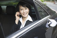 Business woman sitting in the car and on the phone 11010042754| 写真素材・ストックフォト・画像・イラスト素材|アマナイメージズ