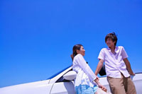 Young couple standing near the car together and smiling 11010043421| 写真素材・ストックフォト・画像・イラスト素材|アマナイメージズ