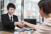 Business person looking away with smile and handshake 11010049922| 写真素材・ストックフォト・画像・イラスト素材|アマナイメージズ