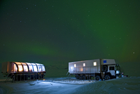 Aurora borealis and parked mobile hotel trucks at night, South East Iceland 11015248953| 写真素材・ストックフォト・画像・イラスト素材|アマナイメージズ