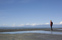 Side view of young man standing at waters edge looking out, Great Salt lake, Utah, USA 11015260587| 写真素材・ストックフォト・画像・イラスト素材|アマナイメージズ