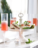 Champagne flutes of pink champagne and crayfish sandwiches on cake stand 11015271233| 写真素材・ストックフォト・画像・イラスト素材|アマナイメージズ
