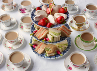 Vintage tea cups and sandwiches on cakestand prepared for afternoon tea 11015279535| 写真素材・ストックフォト・画像・イラスト素材|アマナイメージズ