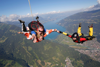 Smiling tandem sky divers holding hand with free faller, Interlaken, Berne, Switzerland 11015291065| 写真素材・ストックフォト・画像・イラスト素材|アマナイメージズ