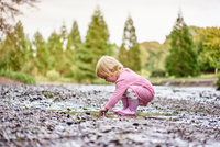 Baby girl wearing rubber boots playing in muddy puddle 11015297971| 写真素材・ストックフォト・画像・イラスト素材|アマナイメージズ
