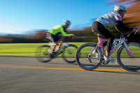 Blurred motion side view of cyclists cycling 11015299066| 写真素材・ストックフォト・画像・イラスト素材|アマナイメージズ