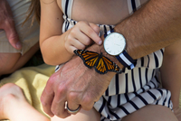 Father and daughter looking at monarch butterfly 11015300035| 写真素材・ストックフォト・画像・イラスト素材|アマナイメージズ