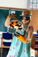 Girl pretending to be teacher wearing virtual reality headset and gloves to show ladybird 11015302385| 写真素材・ストックフォト・画像・イラスト素材|アマナイメージズ
