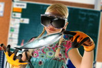 Girl pretending to be teacher wearing virtual reality headset and gloves to show whale 11015302386| 写真素材・ストックフォト・画像・イラスト素材|アマナイメージズ