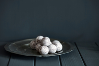 Chocolate and champagne truffles on silver plate 11015303533| 写真素材・ストックフォト・画像・イラスト素材|アマナイメージズ