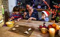 Mother and two sons at table icing home-baked Christmas biscuits 11015304518| 写真素材・ストックフォト・画像・イラスト素材|アマナイメージズ