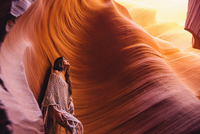 Woman looking up at sunlight in cave, Antelope Canyon, Page, Arizona, USA 11015308102| 写真素材・ストックフォト・画像・イラスト素材|アマナイメージズ