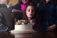 Girl blowing out candles on birthday cake 11015308700| 写真素材・ストックフォト・画像・イラスト素材|アマナイメージズ