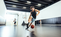 Male basketball player running with ball on basketball court 11015309375| 写真素材・ストックフォト・画像・イラスト素材|アマナイメージズ