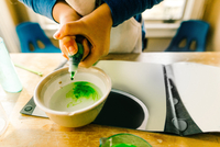 Hands of girl doing science experiment with green liquid 11015311793| 写真素材・ストックフォト・画像・イラスト素材|アマナイメージズ