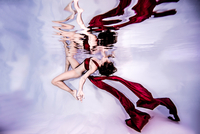 Underwater view of poised woman with wearing flowing red textiles 11015314429| 写真素材・ストックフォト・画像・イラスト素材|アマナイメージズ