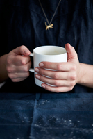 Close up of woman's hands holding coffee cup 11015315165| 写真素材・ストックフォト・画像・イラスト素材|アマナイメージズ