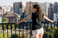 Woman looking at view of Santiago de Chile, Chile 11015316795| 写真素材・ストックフォト・画像・イラスト素材|アマナイメージズ
