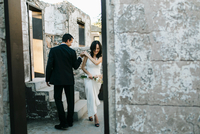Bride and groom outdoors, holding hands, smiling 11015317987| 写真素材・ストックフォト・画像・イラスト素材|アマナイメージズ