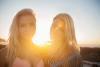 Portrait of two young women, outdoors at sunset, Cape Town, South Africa 11015318283| 写真素材・ストックフォト・画像・イラスト素材|アマナイメージズ