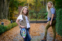 Portrait of two sisters with long blond hair in autumn park 11015318402| 写真素材・ストックフォト・画像・イラスト素材|アマナイメージズ