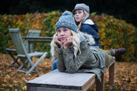 Portrait of blond girl and her sister on garden bench in autumn 11015318419| 写真素材・ストックフォト・画像・イラスト素材|アマナイメージズ