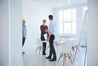 Colleagues in office conference room shaking hands 11015318627| 写真素材・ストックフォト・画像・イラスト素材|アマナイメージズ