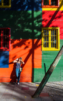 Woman leaning against colourful house, La Boca, Buenos Aires, Argentina 11015319098| 写真素材・ストックフォト・画像・イラスト素材|アマナイメージズ