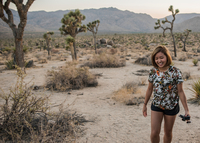 Young woman in Joshua Tree National Park at dusk, California, USA 11015320517| 写真素材・ストックフォト・画像・イラスト素材|アマナイメージズ