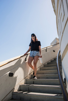 Young woman moving down stairway at Griffith Observatory, Los Angeles, California, USA 11015320523| 写真素材・ストックフォト・画像・イラスト素材|アマナイメージズ