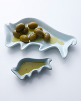 Green olives and olive oil in dishes 11015324742| 写真素材・ストックフォト・画像・イラスト素材|アマナイメージズ