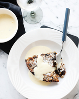 Bowl of bread and butter pudding with custard cream sauce 11015324755| 写真素材・ストックフォト・画像・イラスト素材|アマナイメージズ