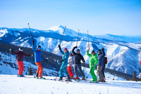 Group portrait of male and female skiers on ski slope, Aspen, Colorado, USA 11015326226| 写真素材・ストックフォト・画像・イラスト素材|アマナイメージズ