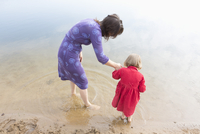 High angle view of mother and daughter at lakeshore 11016029610| 写真素材・ストックフォト・画像・イラスト素材|アマナイメージズ