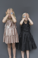 Girls with eye tattoo on hands against gray background 11016031993| 写真素材・ストックフォト・画像・イラスト素材|アマナイメージズ