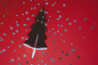 Directly above shot of Christmas tree and sequins on red table 11016033060| 写真素材・ストックフォト・画像・イラスト素材|アマナイメージズ