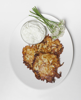 Directly above shot of potato pancakes and sour cream in plate over white background 11016033267| 写真素材・ストックフォト・画像・イラスト素材|アマナイメージズ